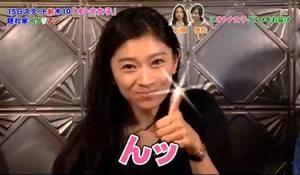 オトナ女子、篠原涼子が親指グッドサイン