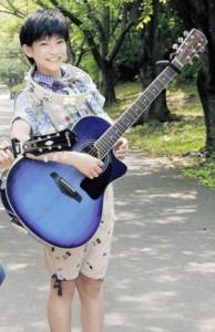 里中由希(ゆきちゃん)役の高田彪我(たかだひょうが)くんはギターが得意!グループ「さくらしめじ」