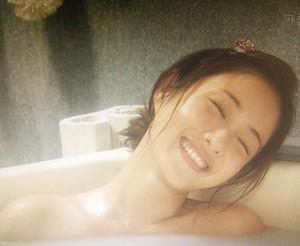 お風呂に入りながら、にやっとする桜庭潤子(石原さとみ)