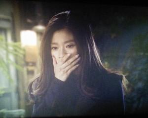 オトナ女子中原亜紀(篠原涼子)は、びっくりして、思わず口に手を当てる