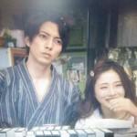 仲良く昔のビデオを見る星川高嶺と桜庭潤子