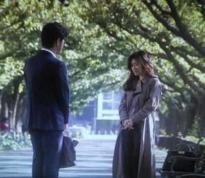 中原亜紀(篠原涼子)が池田優さんと、並木道にて5