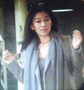 喫茶店にて、篠原涼子(中原亜紀)はグレーのコート衣装を着用