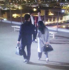 夜景の綺麗な屋上にて、篠原涼子(中原亜紀)はグレーのコート衣装を着用
