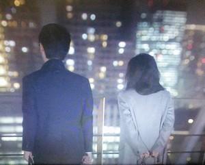 夜景の綺麗な屋上にて、篠原涼子(中原亜紀)はグレーのコート衣装を着用2