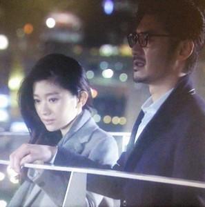夜景の綺麗な屋上にて、篠原涼子(中原亜紀)はグレーのコート衣装を着用3