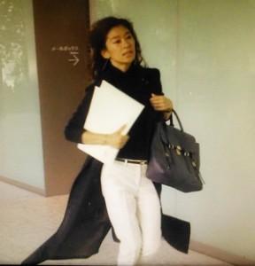 中原亜紀(篠原涼子)が急いで印刷屋から帰る。黒ロングコートの衣装がひらひら1