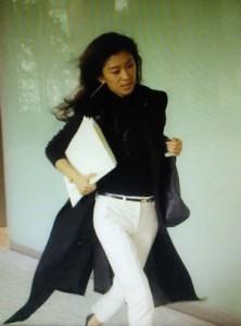 中原亜紀(篠原涼子)が急いで印刷屋から帰る。黒ロングコートの衣装がひらひら2