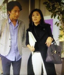 社長の栗田純一(谷原章介)に呼び止められたときの画像。止まっていてもいい感じの黒コート