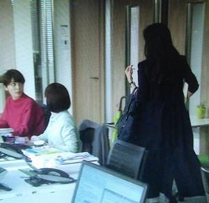 事務所へ戻る中原亜紀(篠原涼子)