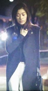 寒い夜道でも暖かそうな黒色(紺色)のロングコート。オトナ女子の亜紀(篠原涼子)
