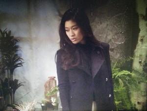 喫茶店での中原亜紀(篠原涼子)黒色コートを着ていますね。