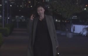 池田優のもとへ向かう篠原涼子着用のコート衣装