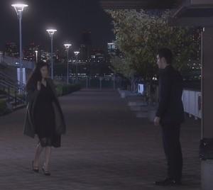池田優と会う亜紀(篠原涼子)コート衣装