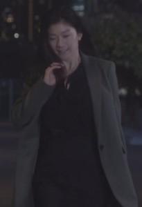池田優と会う亜紀(篠原涼子)コート衣装2