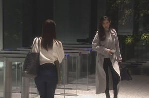 亜紀(篠原涼子)が会社を出て行く際に白色・グレーのコート衣装着用1