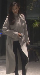 亜紀(篠原涼子)が会社を出て行く際に白色・グレーのコート衣装着用2