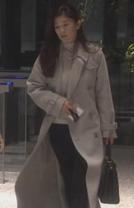 亜紀(篠原涼子)が会社を出て行く際に白色・グレーのコート衣装着用3