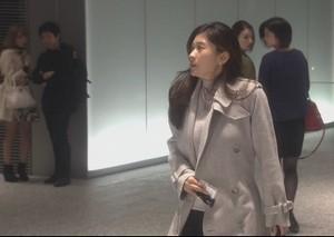 亜紀(篠原涼子)が会社を出て行く際に白色・グレーのコート衣装着用4