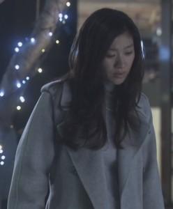亜紀(篠原涼子)が会社を出て行く際に白色・グレーのコート衣装着用5