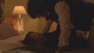 栗田が大崎をベッドに押し倒す