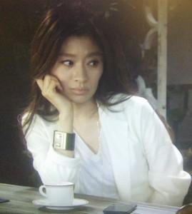 喫茶店で池田優さんを待つ中原亜紀。白ベース衣装にゴールドロングネックレス