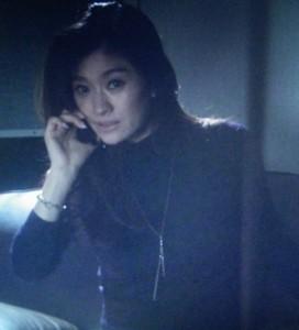 篠原涼子さんオトナ女子5話着用の細いゴールドネックレス。棒状のものがぶらさがっています。