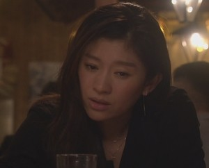 オトナ女子6話、池田優と別れやけ酒の篠原涼子。カメラマン里中が現れる。