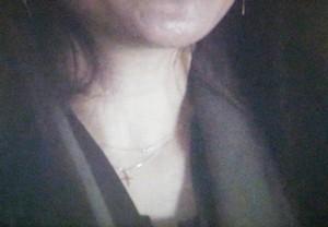 オトナ女子篠原涼子着用のクロスのゴールドネックレスのアップ画像