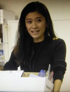 オトナ女子7話、篠原涼子(中原亜紀)が経理部にてあいさつ際のシーン黒ニット衣装着用