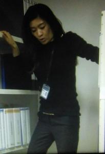 オトナ女子7話、篠原涼子(中原亜紀)が倉庫で伝票整理のシーン黒ニット衣装着用