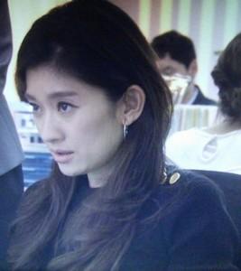 オトナ女子7話、篠原涼子(中原亜紀)がデスクにて作業のシーン黒ニット衣装着用
