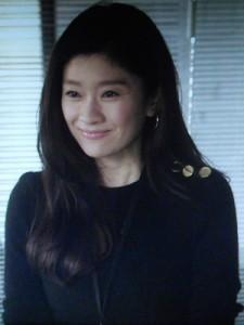 オトナ女子7話、亜紀(篠原涼子)が以前いた部署(メディアクリエイト部)へ領収書を取りに行くシーン黒ニット衣装