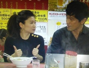 オトナ女子7話、亜紀(篠原涼子)が高山さんとラーメン屋「虎」にて黒ニット衣装着用1