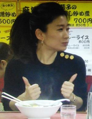 オトナ女子7話、亜紀(篠原涼子)が高山さんとラーメン屋「虎」にて黒ニット衣装着用2