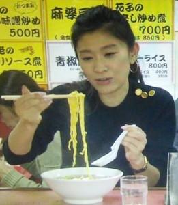 オトナ女子7話、亜紀(篠原涼子)が高山さんとラーメン屋「虎」にて黒ニット衣装着用3