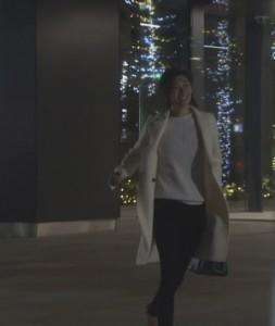 オトナ女子7話亜紀(篠原涼子)衣装白色ロングコート着用シーン3
