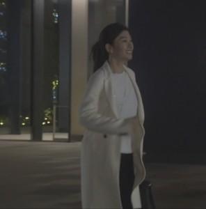 オトナ女子7話亜紀(篠原涼子)衣装白色ロングコート着用シーン4