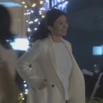 オトナ女子7話亜紀(篠原涼子)衣装白色ロングコート着用シーン1