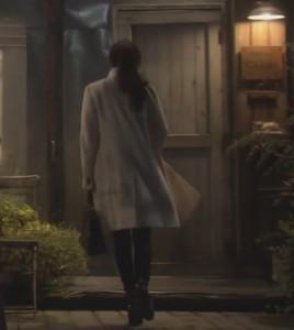 オトナ女子7話亜紀(篠原涼子)衣装白色ロングコート着用シーン2