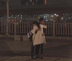 オトナ女子7話亜紀(篠原涼子)衣装白色ロングコート着用シーン12