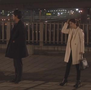 オトナ女子7話亜紀(篠原涼子)衣装白色ロングコート着用シーン5