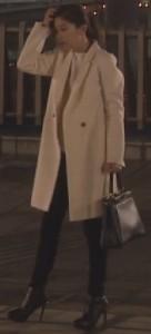 オトナ女子7話亜紀(篠原涼子)衣装白色ロングコート着用シーン6