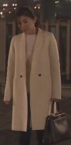 オトナ女子7話亜紀(篠原涼子)衣装白色ロングコート着用シーン8