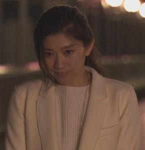 オトナ女子7話亜紀(篠原涼子)衣装白色ロングコート着用シーン9