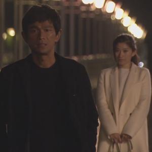 オトナ女子7話亜紀(篠原涼子)衣装白色ロングコート着用シーン10