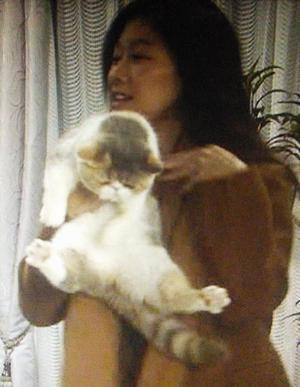 オトナ女子9話亜紀に、ソファに隠れていたのを発見されつままれる猫ちくわちゃん