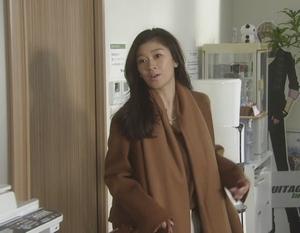 オトナ女子9話篠原涼子衣装[ブラウン/キャメルロングコート]会社のオフィスにて1