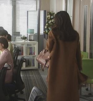 オトナ女子9話篠原涼子衣装[ブラウン/キャメルロングコート]会社のオフィスにて2