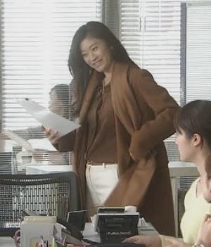 オトナ女子9話篠原涼子衣装[ブラウン/キャメルロングコート]会社のオフィスにて3